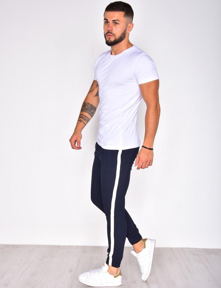 Pantalon marine à bandes blanches resserré en bas