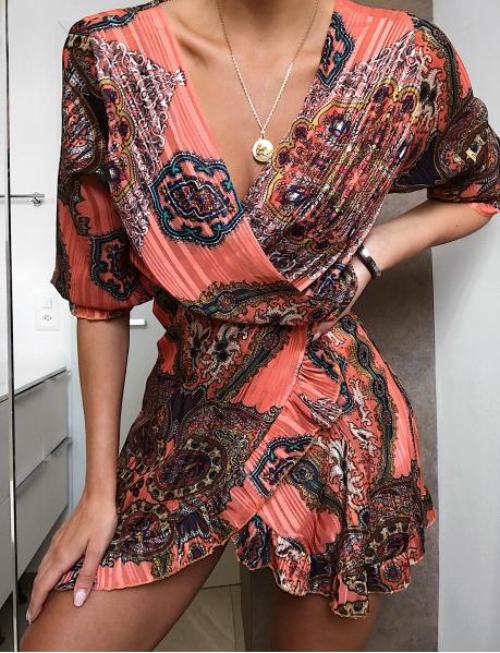 Weich fließendes Kleid mit Barockmotiven