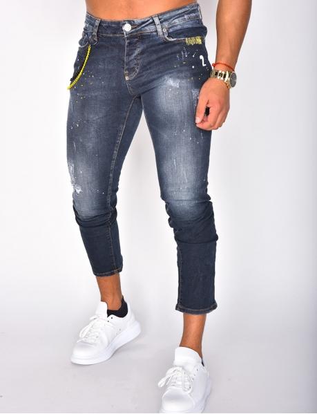 Jeans à taches et chaîne jaune