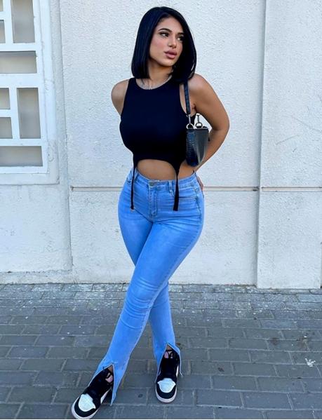 Jeans mit Schlitzen an den Knöcheln