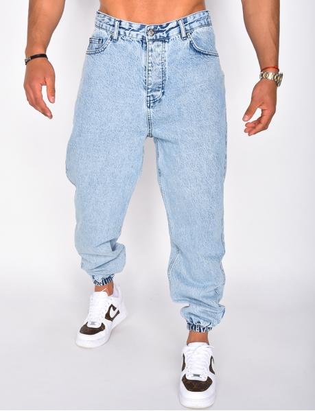 Verwaschene Jeans, an den Knöcheln verengt
