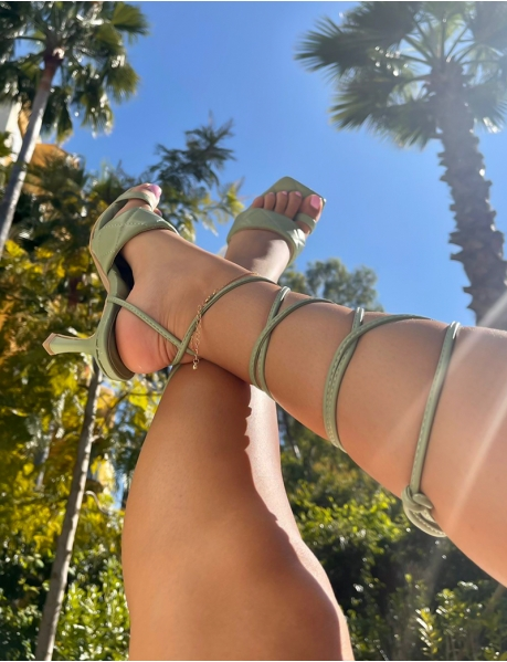 Padded sandals with tie