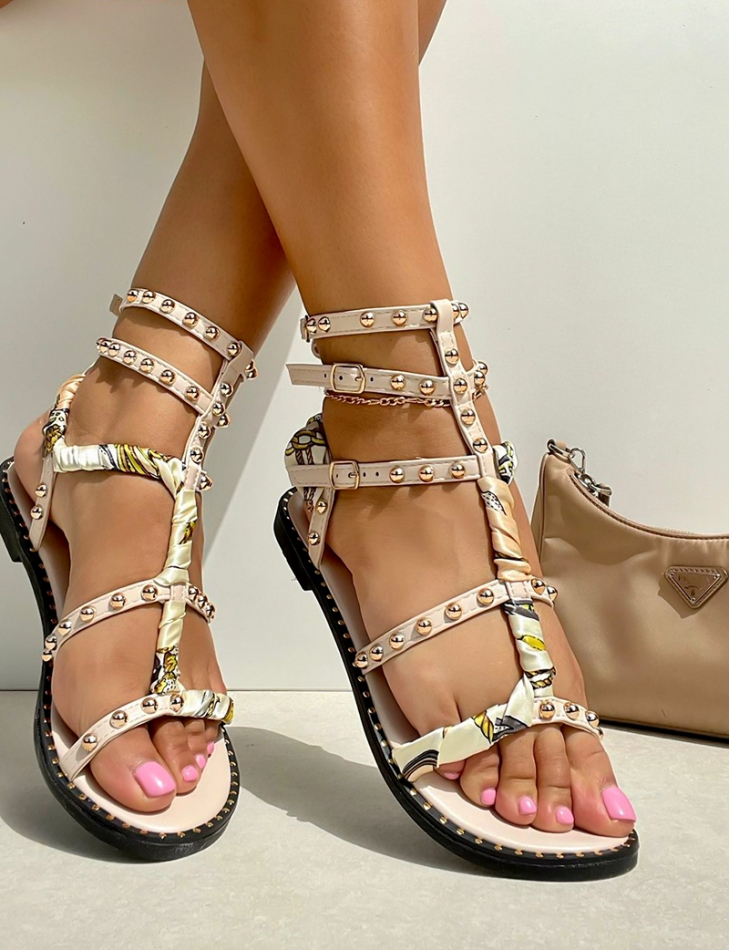 Sandales à clous et tissu