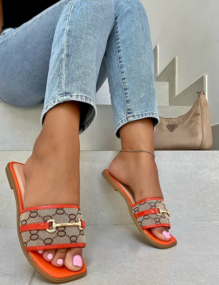 Flat sandals with link pattern